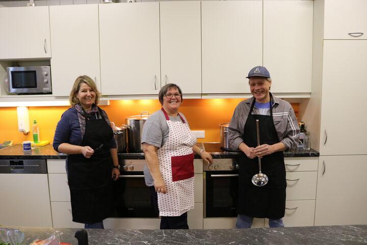 Zusammen mit Obdach Wien MitarbeiterInnen und NutzerInnen schwingen Freiwillige gerne den Kochlöffel. (Bild: FSW)