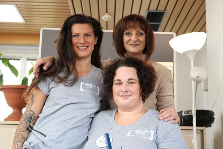 Judith Korvas inmitten der freiwilligen Friseurinnen Jasmin und Patricia (Bild: FSW)