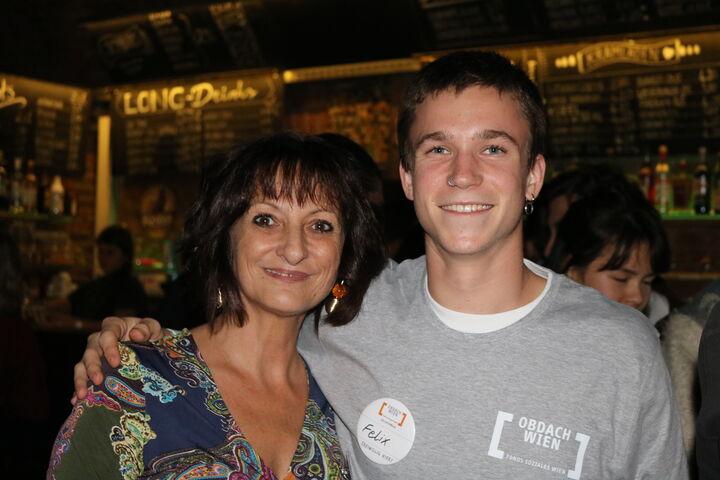 Judith Korvas zusammen mit Felix, der sich freiwillig bei einer Jubiläumsfeier engagiert hat. (Bild: FSW)