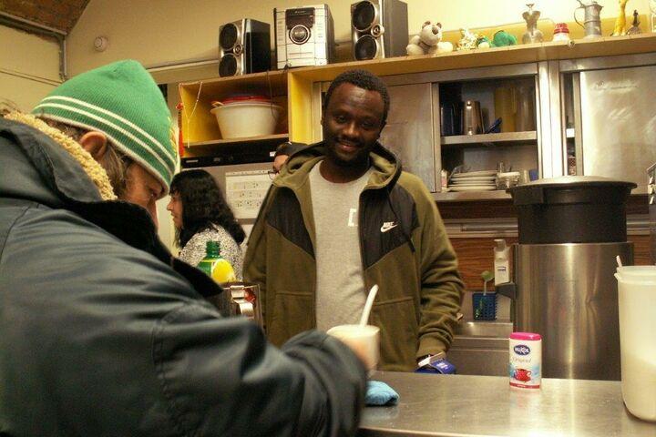 Souleymane beim Thekendienst im Tageszentrum Obdach Josi. (Bild: FSW)