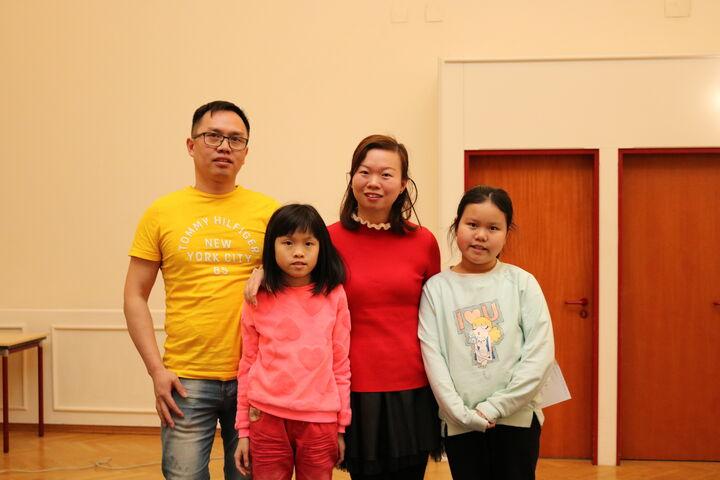 Familie Liu vor ihrem Auftritt. (Bild: FSW)
