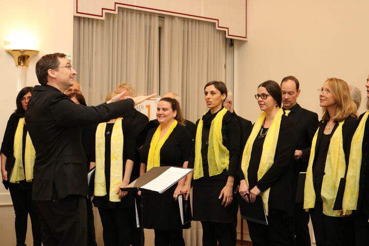 Chorleiter Guillaume Fauchère dirigiert mit Leidenschaft. (Bild: FSW)