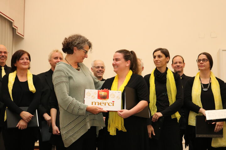 Monika Wintersberger-Montorio, Geschäftsführerin von Obdach Wien, bedankt sich bei Teresa Liska, Betreuerin im Obdach Favorita und Initiatorin des Benefizkonzerts. (Bild: FSW)