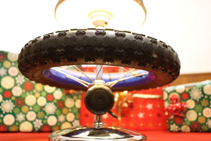 Schlauch und Klingel machen die Lampe zu etwas Besonderem. (Bild: FSW)