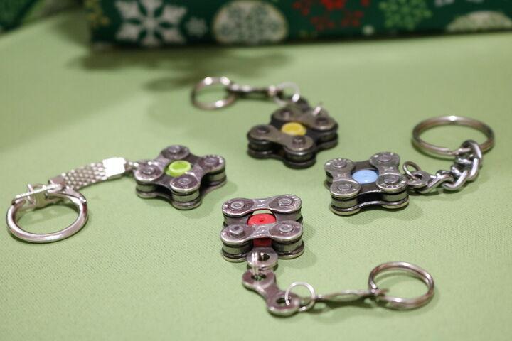 Verschiedene Ketten und bunte Highlights zieren die Schlüsselanhänger aus alten Radketten. (Bild: FSW)