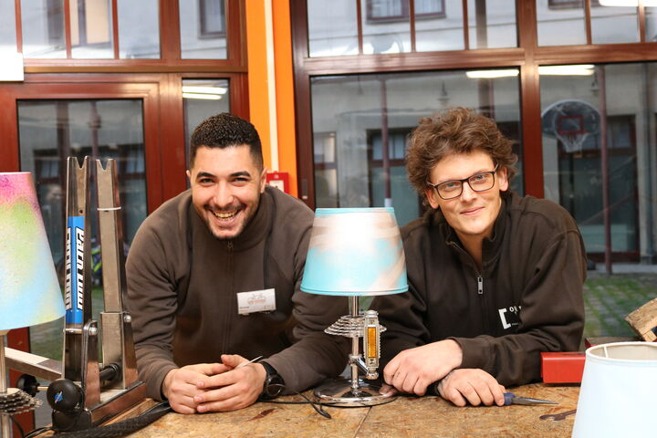 Amner A., Projektteilnehmer und Florian Sixta mit einer fertigen Upcycling-Lampe. (Bild: FSW)