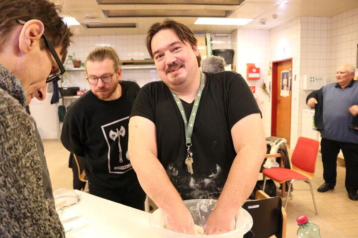 Gemeinsam wird gewogen, geknetet und gelacht. (Bild: FSW)