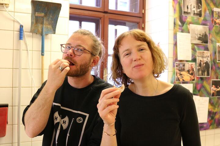 Dem Team von Forum Obdach Wien schmecken die ersten fertigen Kekse. (Bild: FSW)