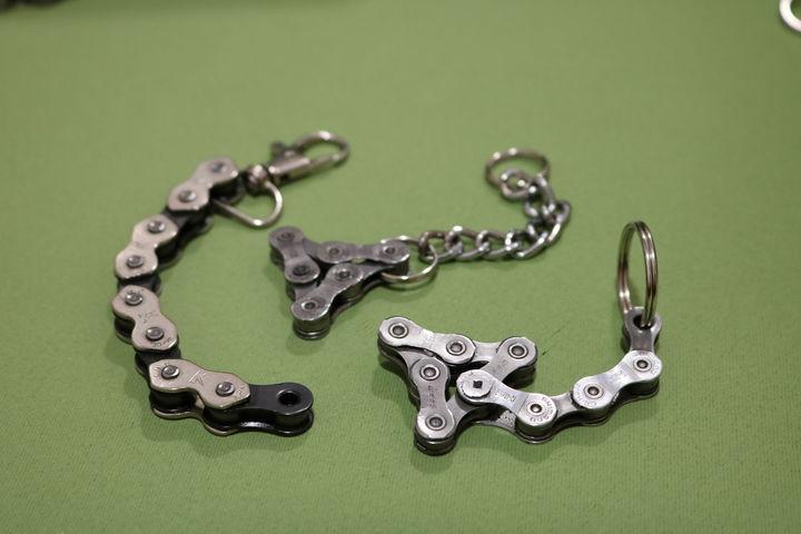 Alte Ketten werden zu neuen Schlüsselanhängern. (Bild: FSW)