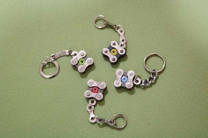 Es gibt viele bunte Schlüsselanhänger. (Bild: FSW)