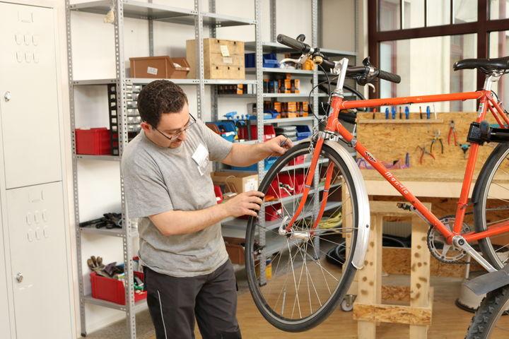 Das Rad am Ständer und die Werkzeuge und Werkbank in Griffweite: die Bike Kitchen Favorita ist ideal ausgestattet. (Bild: FSW)
