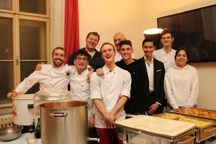 Das Team des Grand Hotel versprühte Weihnachtsstimmung und kochte groß auf für die BewohnerInnen des Chancenhauses Obdach Wurlitzergasse. (Bild: FSW)