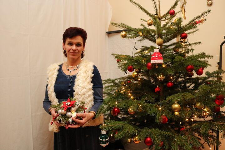 Frau J. präsentiert stolz die selbstgemachte Weihnachtsdekoration. (Bild: FSW)