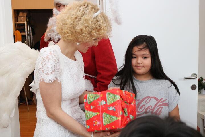 Das Christkind freut sich darüber, Geschenke übergeben zu können. (Bild: FSW)