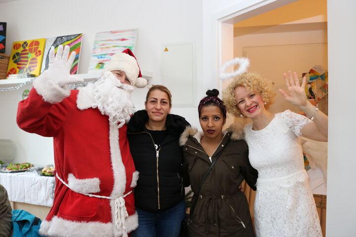 Auch erwachsene Bewohnerinnen im Obdach Lobmeyrhof nutzten die Chance für ein einmaliges Foto. (Bild: FSW)