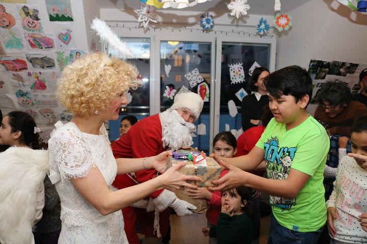 Christkind und Weihnachtsmann arbeiteten auf Hochtouren bei der Bescherung. (Bild: FSW)
