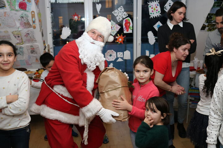 Der Weihnachtsmann teilt Geschenke aus. (Bild: FSW)