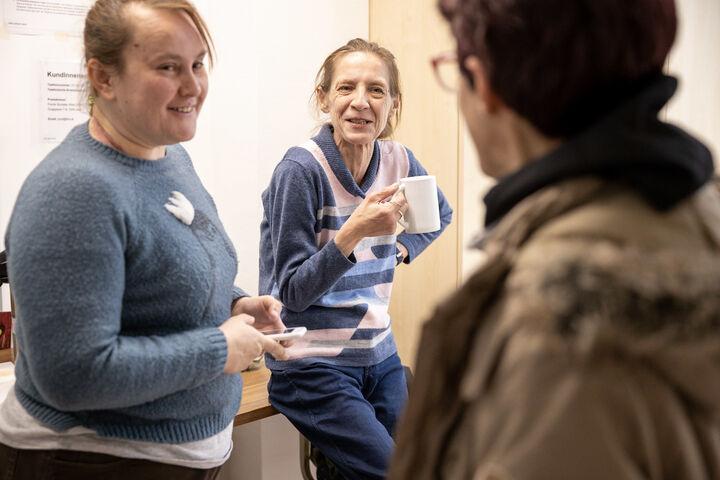 Der Zusammenhalt der wohnungs- und obdachlosen Frauen ist groß. Gerne wird zusammen Kaffee getrunken und getratscht. (Bild: FSW)