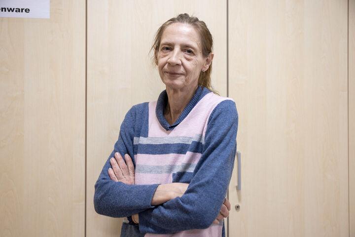 Monika A. lässt sich nicht unterkriegen. Den Pullover hat sie von einer anderen Frau im Nachtquartier geschenkt bekommen. (Bild: FSW)