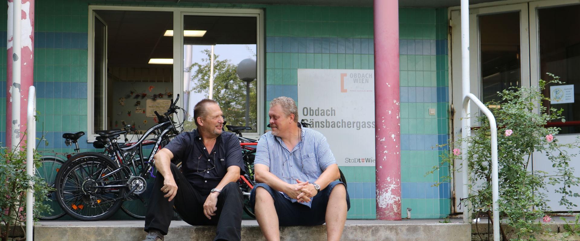 Gustl und Peter vor ihrer Arbeitsstätte: dem Obdach Gänsbachergasse.