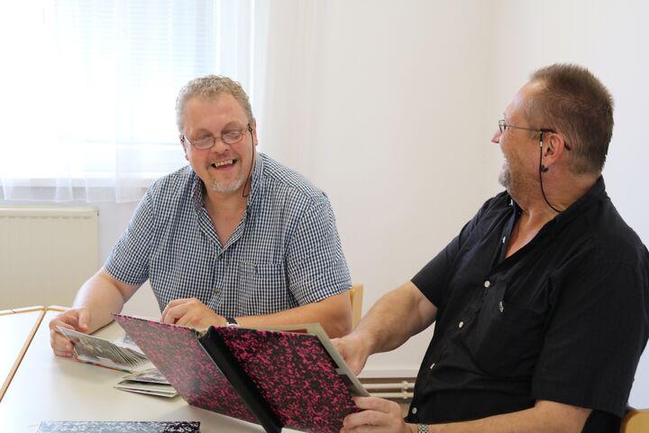 Peter und Gutsl amüsieren sich über alte Fotos. (Bild: FSW)