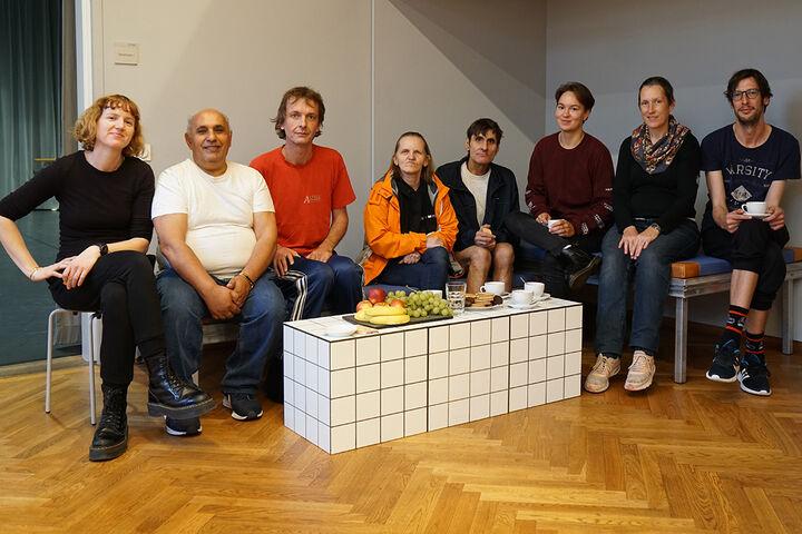 Die TeilnehmerInnen von Forum Obdach Wien zusammen mit der Lau Lukkarila vor einer Probe. (Bild: TQW)