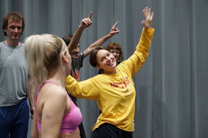 Choreografin Lau Lukkarila zeigt vor, wie es geht. (Bild: TQW)