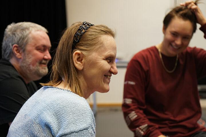 TeilnehmerInnen und Choregrafin lachten viel gemeinsam. (Bild: TQW)