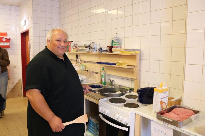 Franz, der Initator der Kochgruppe bei Forum Obdach Wien, ist der Herr am Herd. (Bild: FSW)