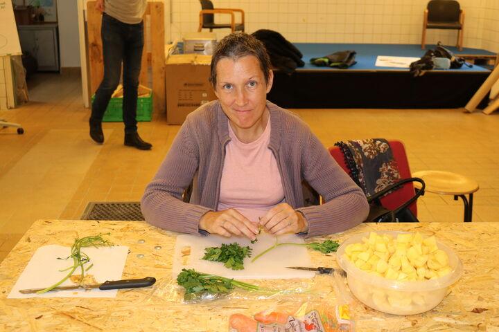 Sabine schneidet das Gemüse klein und freut sich, für mehrere zu kochen. (Bild: FSW)