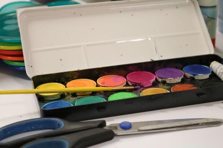 Aquarellfarben gehören zu einem Malnachmittag dazu. (Bild: FSW)