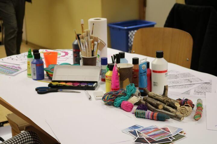Der Kreativtisch lädt dazu ein, aktiv zu werden. (Bild: FSW)