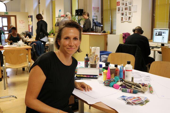 Kunsttherapeutin Katharina Stelzer freut sich jedes Mal auf den Nachmittag. (Bild: FSW)