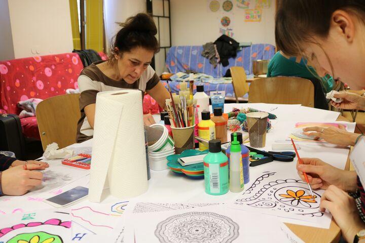 Die wohnungs- und obdachlosen Frauen im Tageszentrum Obdach Ester waren tief in ihre Kreativarbeit versunken. (Bild: FSW)