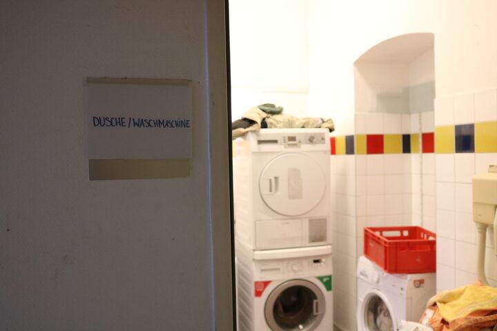 Die BesucherInnen der Wärmestube Obdach Apollogasse nutzen die Waschmachinen und Trockner täglich. (Bild: FSW)