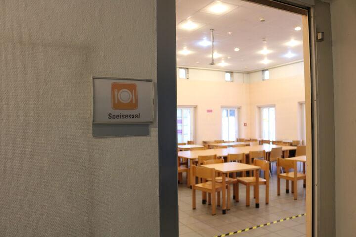 Morgens ist der Speisesaal noch ganz leer. Später stärken sich die BesucherInnen hier mit warmen Speisen, Tee, Kaffee und Gesprächen. (Bild: FSW)