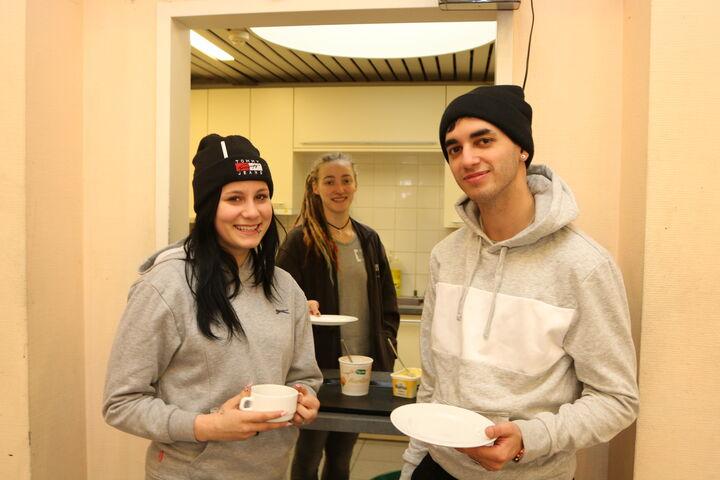 Das junge Paar holt sich Frühstück und wärmt sich in der Wärmestube auf. (Bild: FSW)