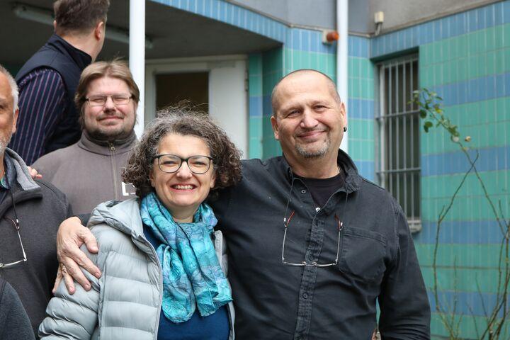 Geschäftsführerin Monika Wintersberger-Montorio und Gustl Korbl, Betreuer seit der ersten Stunde zusammen vor dem Obdach Gänsbachergasse. (Bild: FSW)
