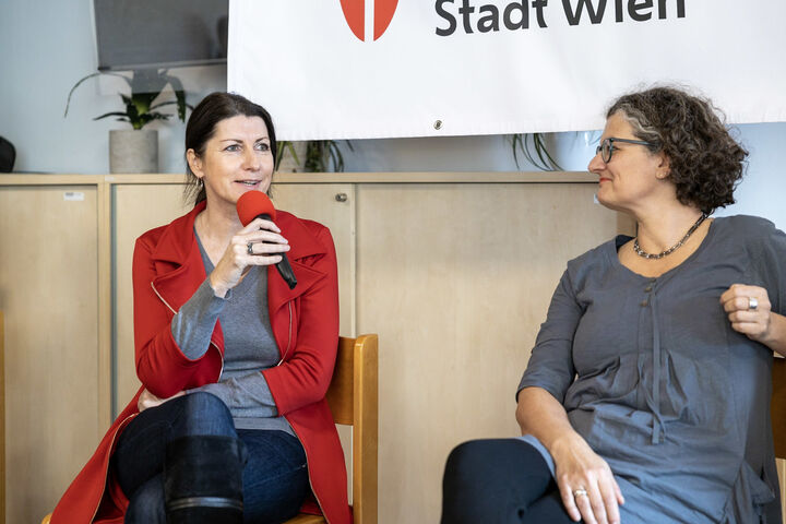 Obdach Wien Geschäftsführerinnen Doris Czamay und Monika Wintersberger-Montorio warfen zusammen ein Blick in die Vergangenheit und in die Zukunft. (Bild: FSW)