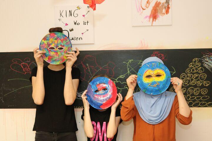 Die fertigen Masken werden stolz präsentiert. (Bild: FSW)