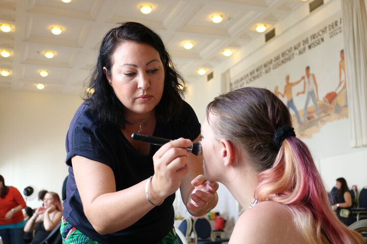 Bei den Obdach Wien Wohlfühltagen schminken freiwilige Visagistinnen die wohnungs- und obdachlosen Frauen. (Bild: FSW)