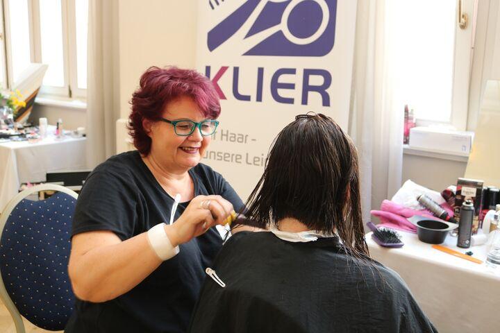 Freiwillige Frisörinnen kehren die innere Schönheit der wohnungs- und obdachlosen Frauen nach außen. (Bild: FSW)