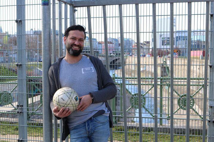 Omar Tamer ist Betreuer im Obdach Gänsbachergasse und Trainer der Fußballmannschaft. (Bild: FSW)