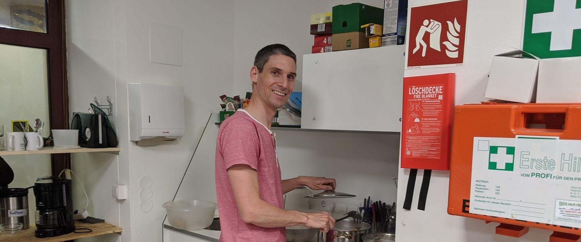 Max schwingt freiwillig den Kochlöffel im Obdach Favorita Nachtquartier für Frauen.