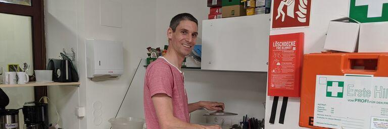 Max schwingt freiwillig den Kochlöffel im Obdach Favorita Nachtquartier für Frauen. (Bild: Privat)