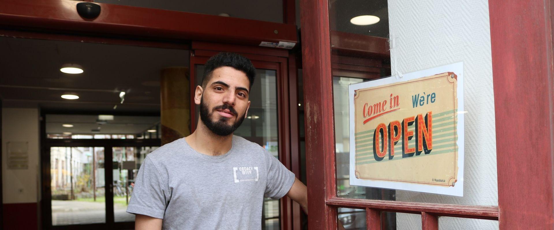 Omid, einer der Trainees, freut sich auf Kundschaft.