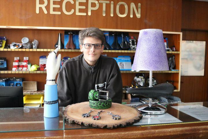 Trainer Florian, der Kreativkopf der Upcycling-Produktion, zeigt seine neuesten Produkte. (Bild: FSW)