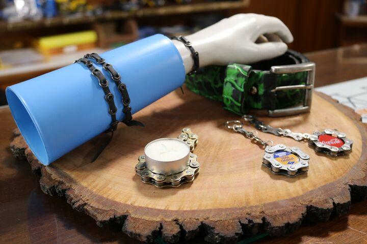 Die Upcycling-Produkte umfassen Armbänder, Gürtel, Schlüsselanhänger, Kerzenständer und mehr. (Bild: FSW)