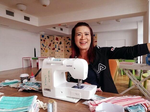 Die Näharbeit macht Frau A. sichtlich Spaß (Bild: FSW)