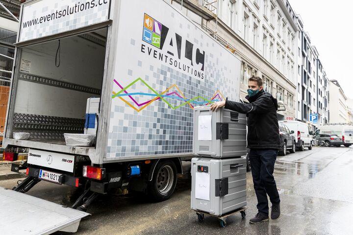 Sebastian von ALC Eventsolutions transportierte mit dem Firmen-LKW Mittagessen ins Obdach aXXept und Obdach Ester. (Bild: ALC Eventsolutions)